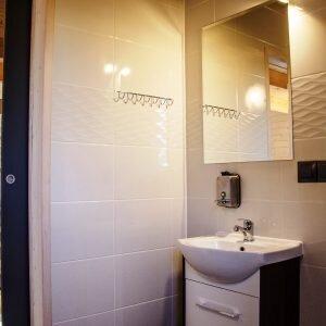 Umywalka i lustro w łązience